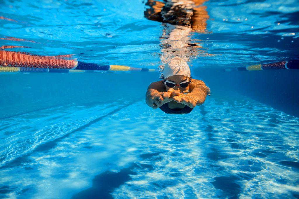Bahnenschwimmen im Freibad